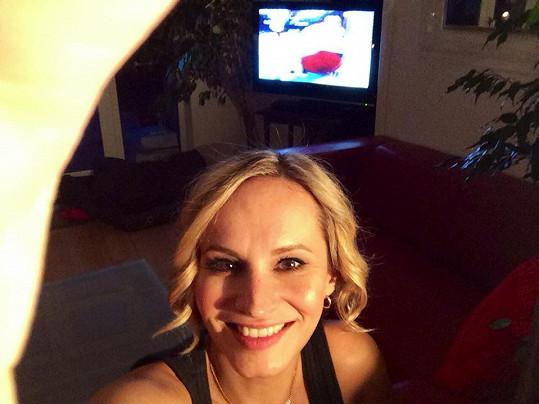 Monika sleduje pravidelně hokej a další důležité sportovní přenosy.