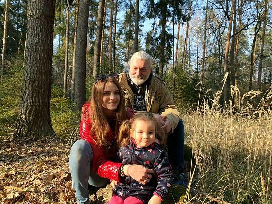 Dny tráví na procházkách s ženou Bárou a dcerkou Rozárkou.