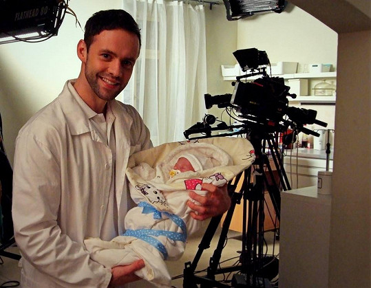 Michael Foret na záběru z filmu Celebrity s.r.o., kde hraje gynekologa.
