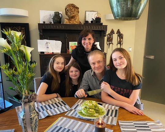 Bára s manželem a třemi dcerami na víkendové oslavě Pavlových 47. narozenin.