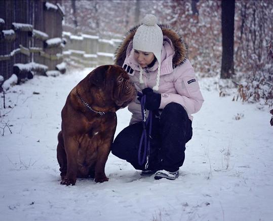 Anna K. na procházce s Toníkem, fenka Ely se nechtěla fotit a pobíhala kolem.