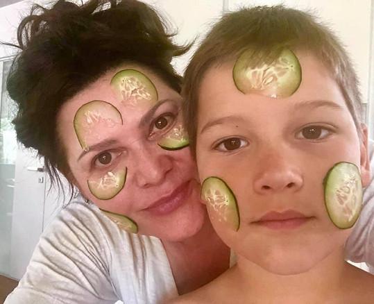 Ilona Csáková se svým synem Dominikem.