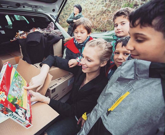Veronika pochází z dětského domova, a tak pomáhá dětem ze stejného prostředí.