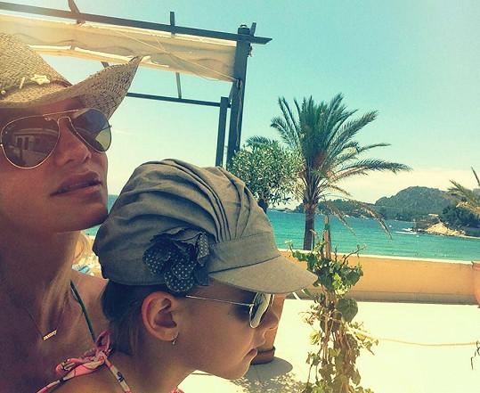 Dara Rolins si užívá se svou dcerou sluníčka.