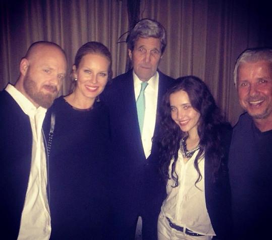 O poznání lepší je snímek s americkým ministrem zahraničí.