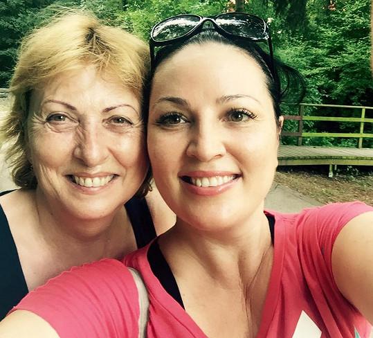 Ivana Christová pózuje s maminkou.