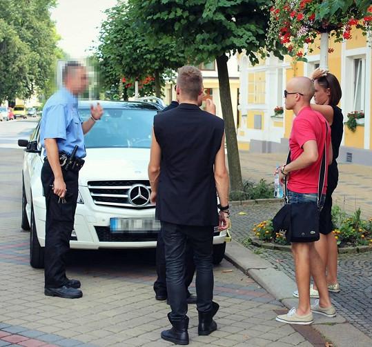 Policie si podala arogantního zpěváka Biska (v červeném).