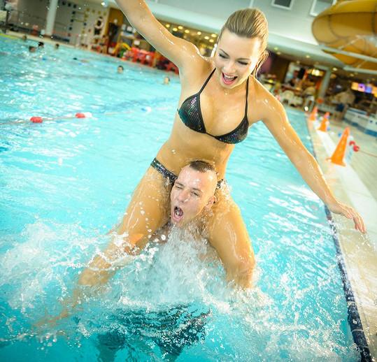 Takhle Markéta a MC Jacob dováděli v bazénu.
