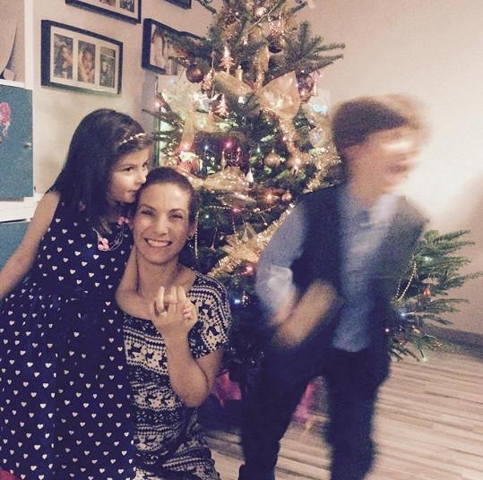 Manželovi Evy Decastelo se hyperaktivní děti nedaří fotit společně i se ženou.
