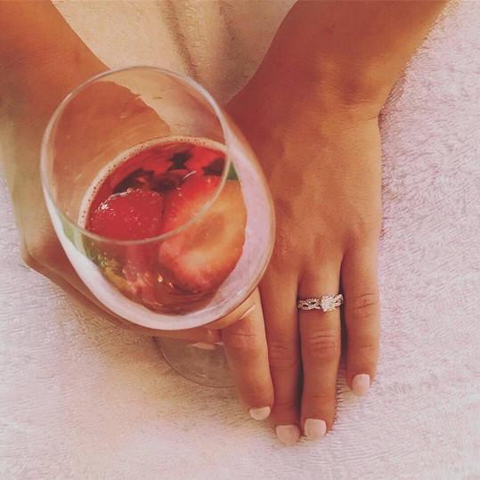 V Rakousku hokejista zpěvačce navlékl tento zásnubní prstýnek.