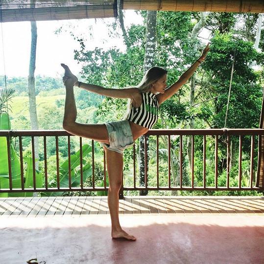 Pravidelně cvičí, na tomto snímku jógu.