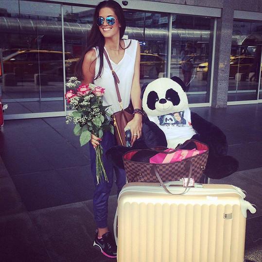 Z plyšové pandy a kytice byla Aneta unešená.