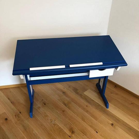 Na tomhle stole se bude syn Matyáš připravovat do školy.