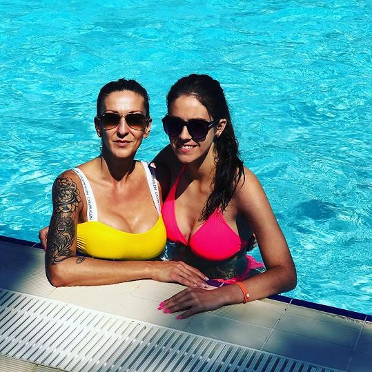 Jolana s Johanou v Turecku v hotelovém bazénu