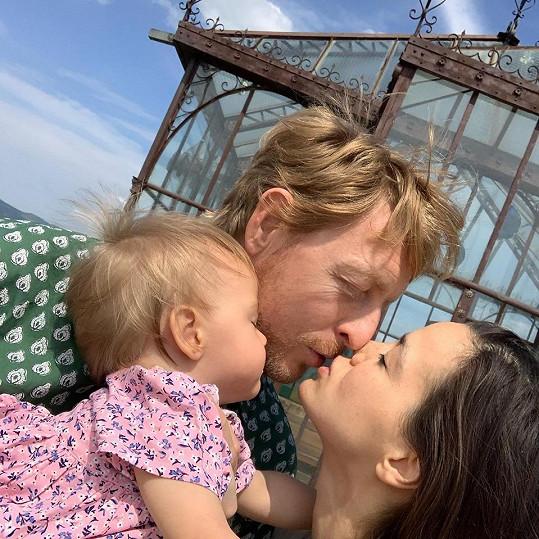 Miliardář se svou partnerkou a jejich dcerkou Isabelkou