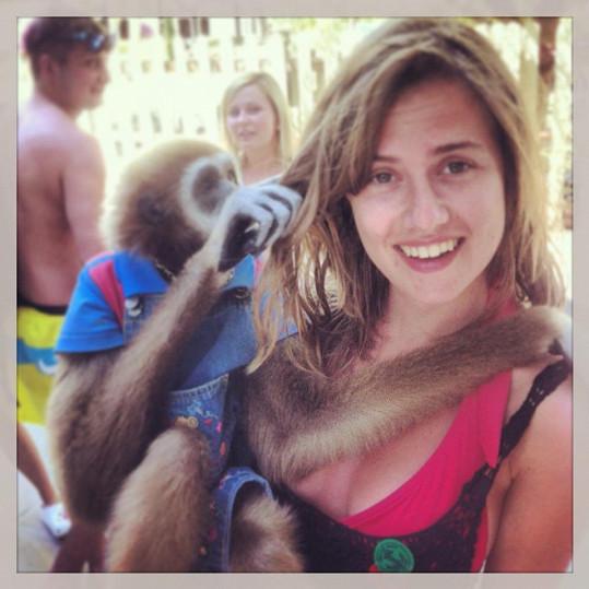 Emma se vyfotila s místní opičkou.