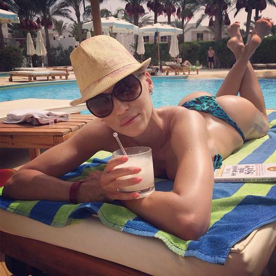 Hanka Mašlíková si užívá u hotelového bazénu.