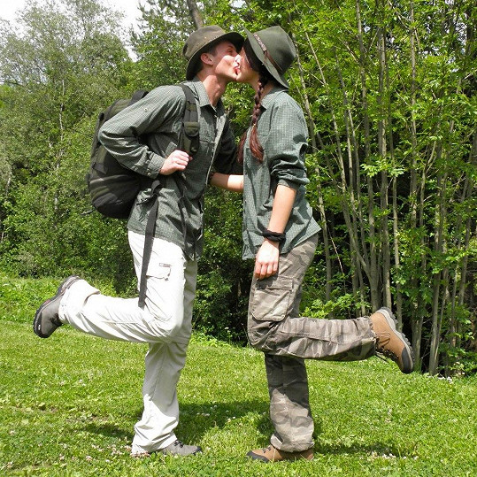 S přítelem Patrikem vyráží do přírody v maskáčích.