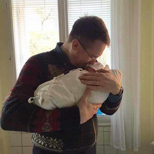 Pyšný táta Roman Šmucler se synem Karlem Josefem, který se narodil v březnu.