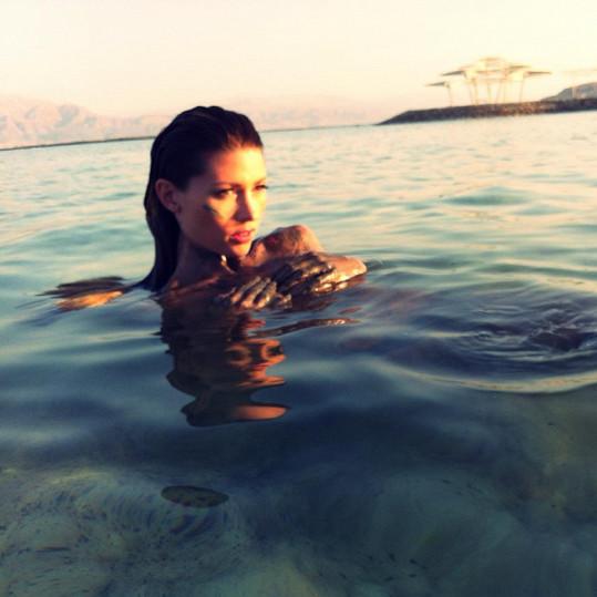Tereza v moři.