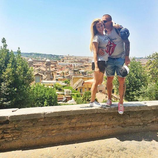 Kateřina Kristelová a Tomáš Řepka v římském parku Borghese