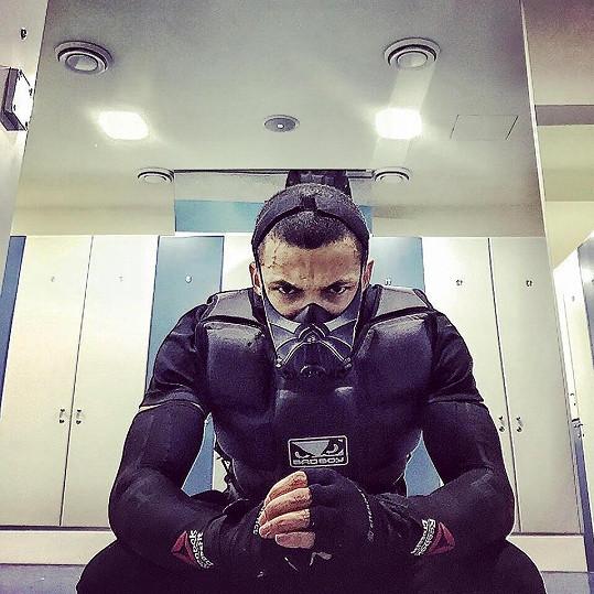 Ben trénuje pětkrát týdně s touto maskou.