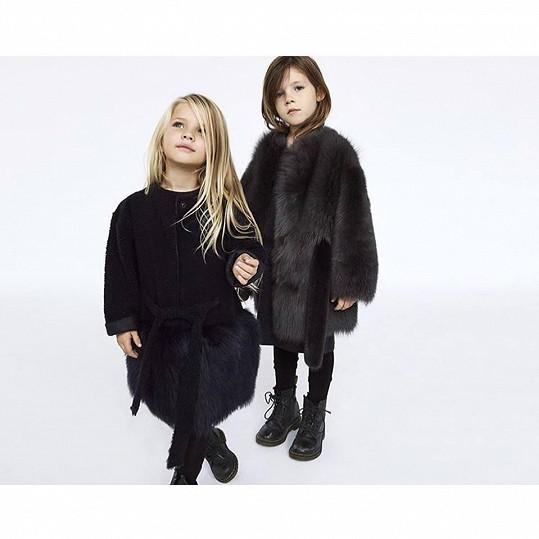 Předvádí dětskou kolekci návrhářky Ivany Mentlové.