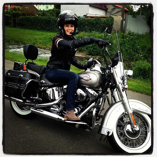 Sandra Parmová si o víkendu vyjela na motorce.