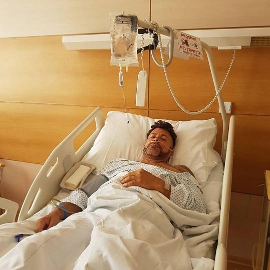 Po zákroku na lůžku v nemocnici