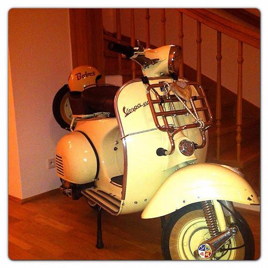 V předsíni má zajímavou dekoraci - motorku.