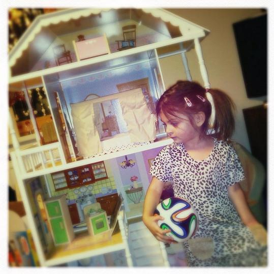 Dcera Evy Decastelo Zuzanka si přála domeček pro panenky.