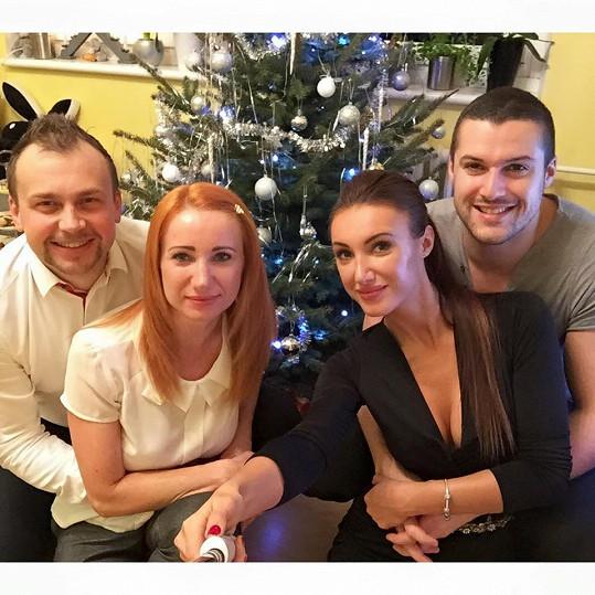 Taťána s přítelem, hokejistou Zdeňkem Bahenským, svou maminkou a jejím partnerem během vánočních svátků