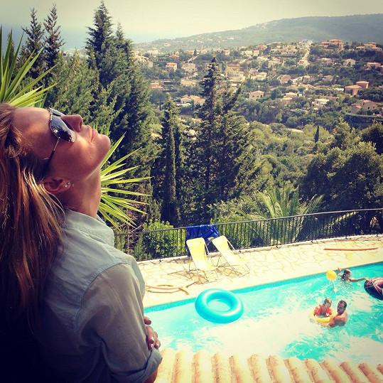 Modelka si dopřává dovolenou na Azurovém pobřeží.