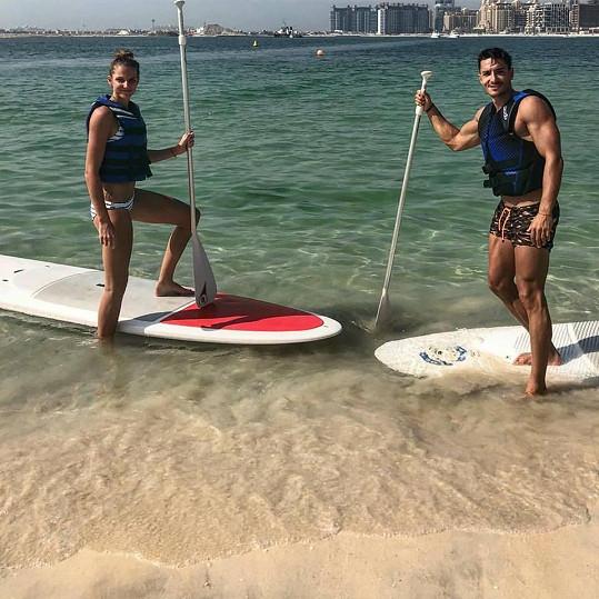 S Karolínou Plíškovou si užívá na dovolené v Dubaji.