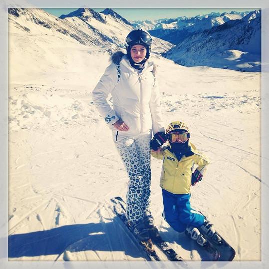 Modelka musí mít ortézu, ale lyžovat už může, což ocenily hlavně její děti.