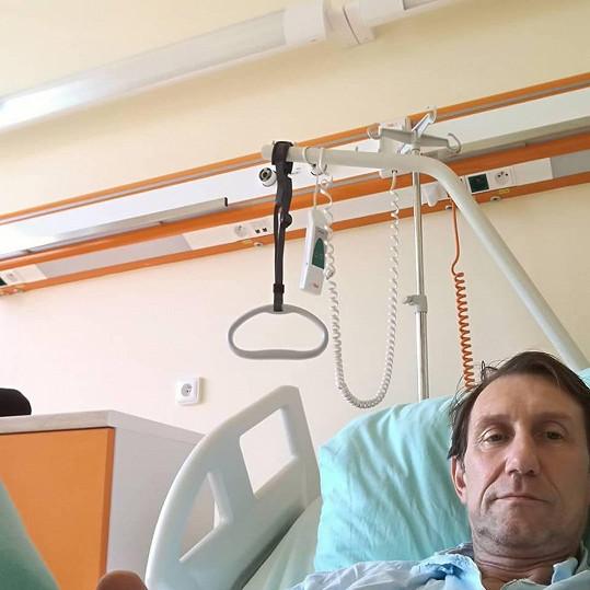 Herec je se zdravotními potížemi opět v nemocnici.