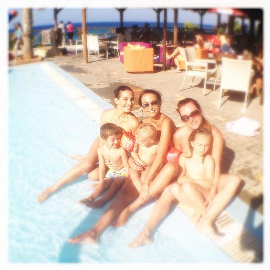 Dovádění v bazénu s Evou Decastelo, kamarádkou Eliškou a dětmi.