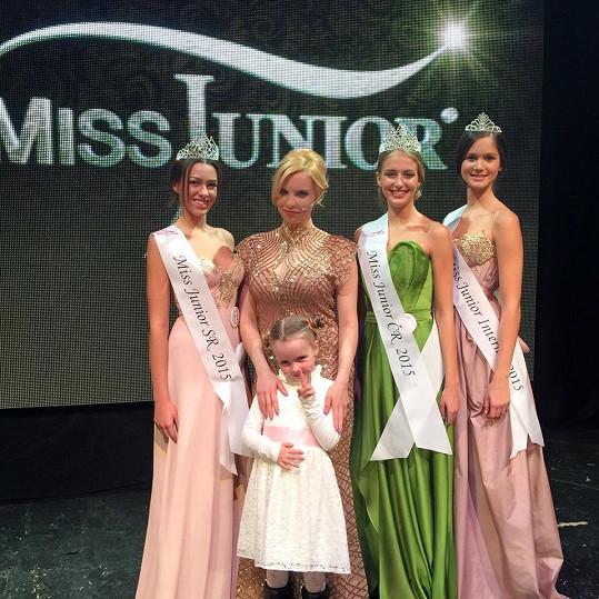 Kateřina s dcerou Claudinkou a vítězkami Miss Junior