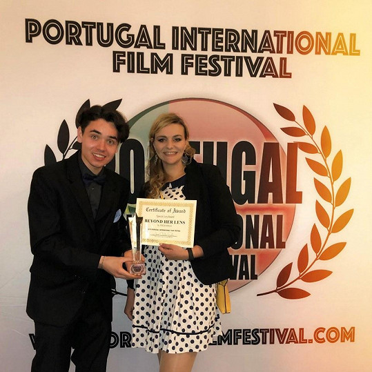 Film má na svém kontě již 10 zahraničních cen a jeho cesta po festivalech zdaleka nekončí. Zde přebírá režisérka cenu v portugalském Portu.