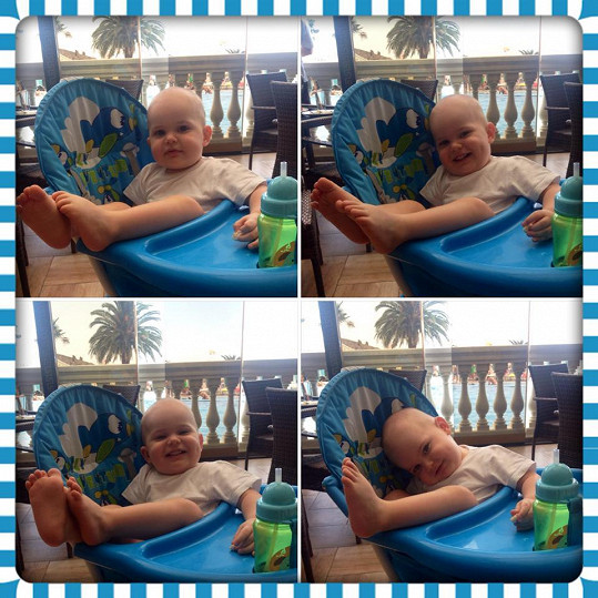 Malý Quentin si dovolenou užívá.