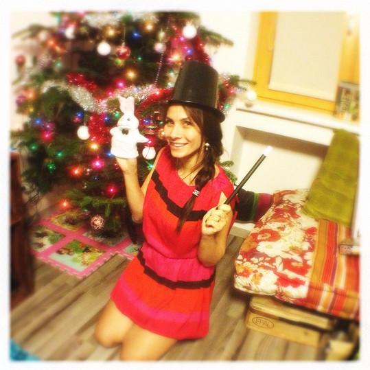 Eva pod vánočním stromkem.