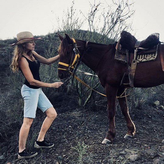Vyrazila i na výlet na koních.