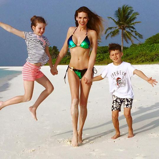 Andrea s dětmi na pláži