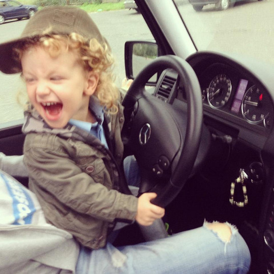 Syn Krainové Max to rozjel za volantem luxusního fára.