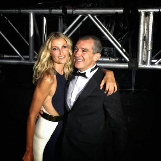 Tereza Maxová s Antoniem Banderasem, jenž jí ve španělské Marbelle předal cenu za její charitativní práci pro děti.