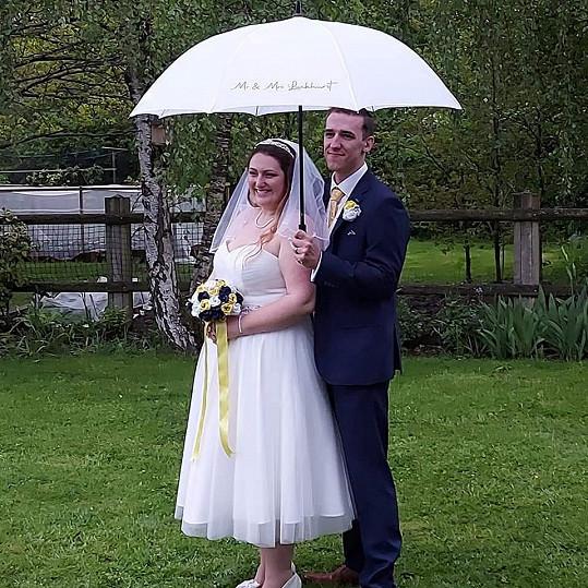 Aby toho nebylo málo, během novomanželského focení začalo pršet.
