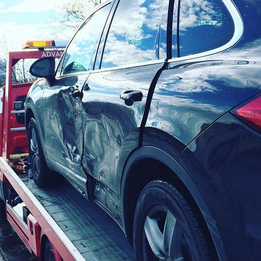 Její nabourané auto