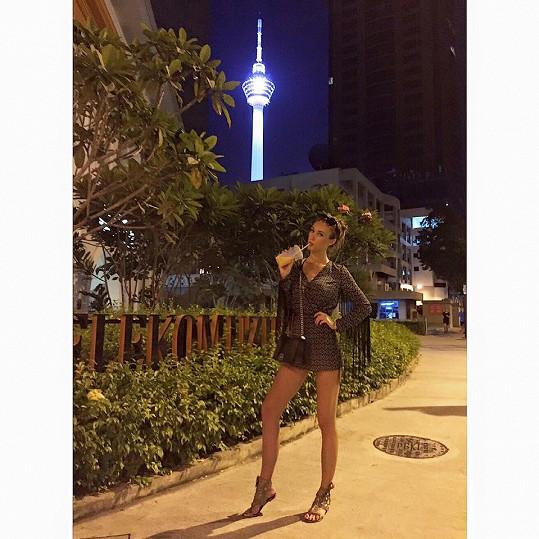Táňa v Kuala Lumpur. Na vrcholku televizní věže v pozadí je otáčivá restaurace.