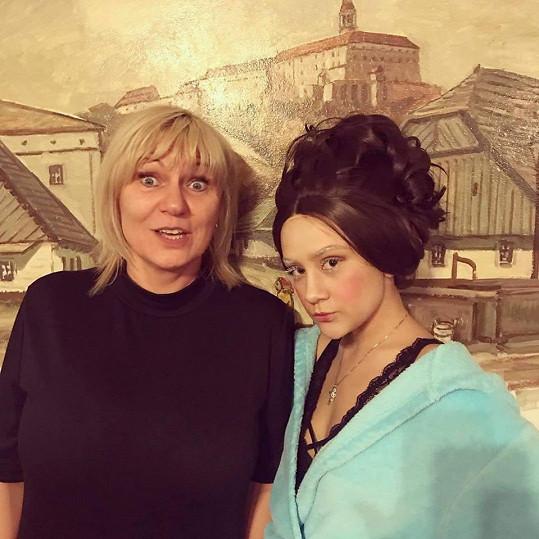 Eliška Rusková se na focení módní kolekce na chvíli vrátila prostřednictvím paruky k hnědým vlasům.