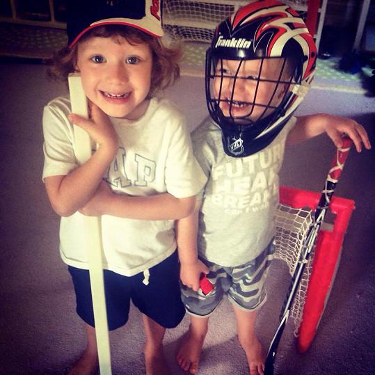Bruno a Max si na Floridě hráli na hokejisty.